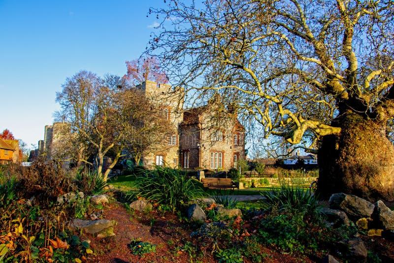 Солнечный день на основаниях дома башни города Кентербери в Кенте, Великобритания стоковое фото rf