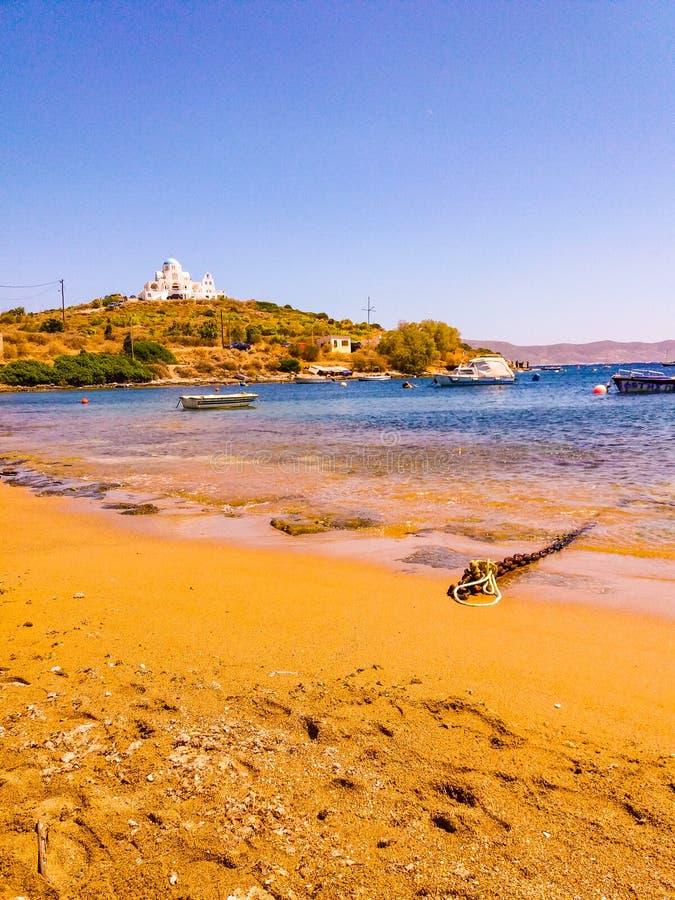 Солнечный день на песчаном пляже в Греции стоковое изображение rf