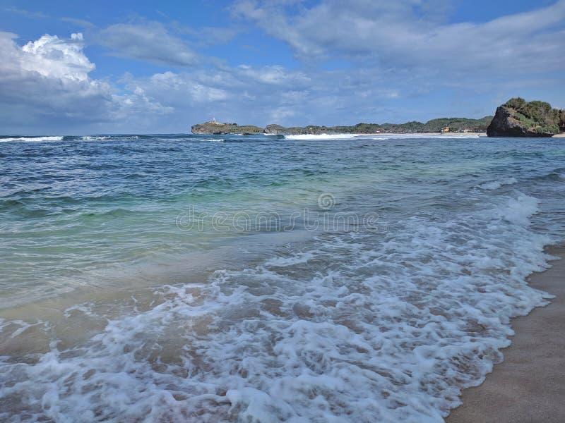 Солнечный день на пляже, красивый тропический пляж в Yogyakarta, Индонезии стоковое изображение