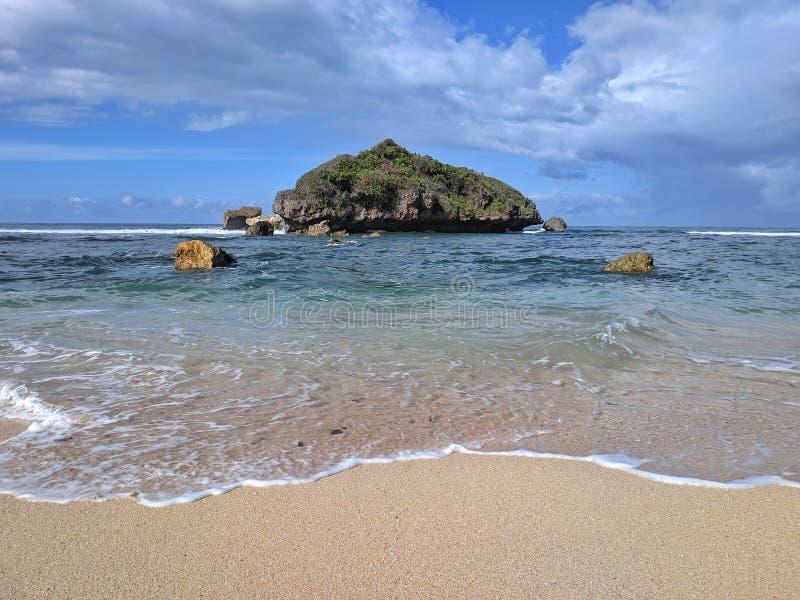 Солнечный день на пляже, красивый тропический пляж в Yogyakarta, Индонезии стоковые фото