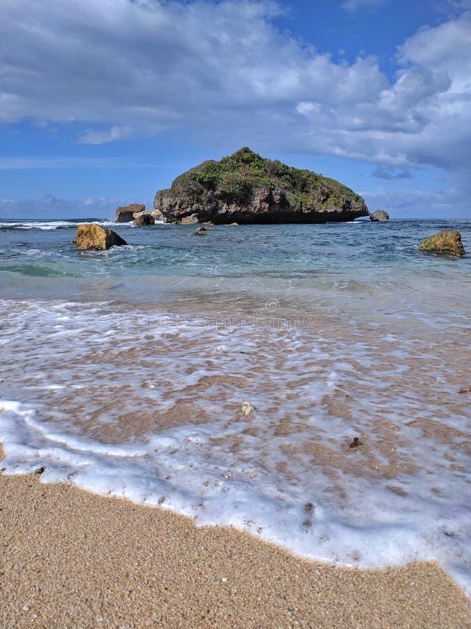 Солнечный день на пляже, красивый тропический пляж в Yogyakarta, Индонезии стоковое изображение rf