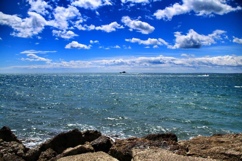 Солнечный день на побережье стоковое фото