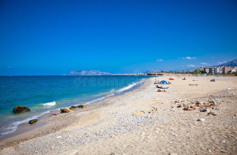 Солнечный день на pablic пляже Палермо Сицилия стоковые изображения rf