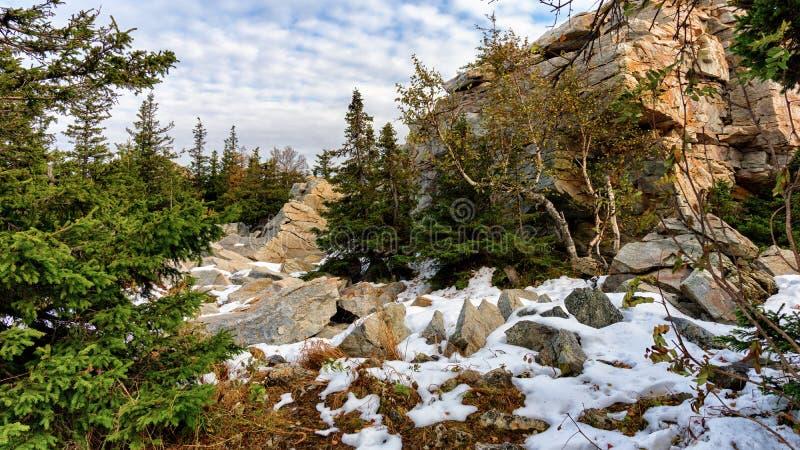 Солнечный день осени в горах покрытых с снегом стоковое фото
