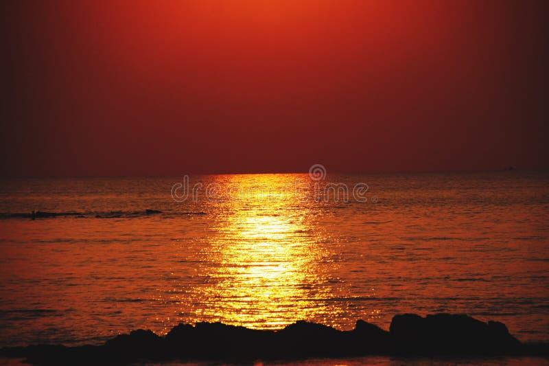 Солнечный луч во время захода солнца бросая длинный желтый яркий золотой мерцающий луч света над океаном Ko Lanta, Таиланд стоковое фото rf
