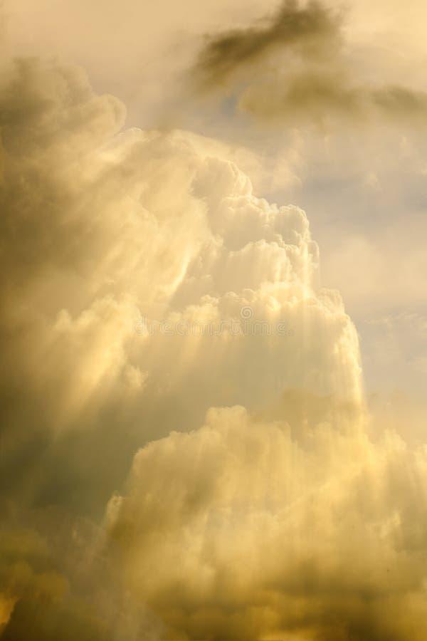 Солнечный луч через помох на заходе солнца стоковые изображения
