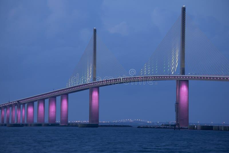Солнечный мост Скайуэй в Тампа-Бэй Флорида осветил розовыми огнями в память о месяце повышения осведомленности о раке груди стоковое изображение rf