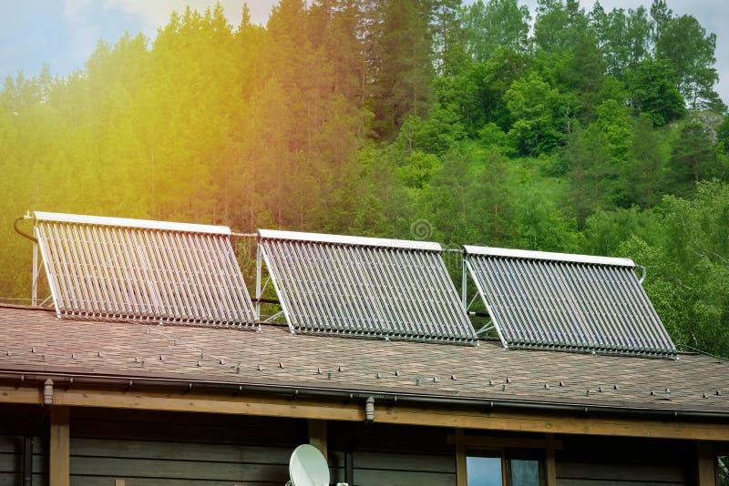 Солнечный нагреватель воды на верхней части крыши, красивой предпосылке голубого неба стоковое изображение