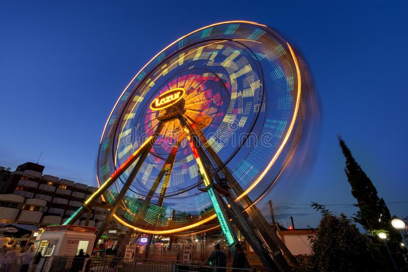 СОЛНЕЧНЫЙ ПЛЯЖ, БОЛГАРИЯ - 10-ое сентября 2017: Привлекательность в парке колесо серии парка ночи движения ferris занятности Фото стоковые изображения