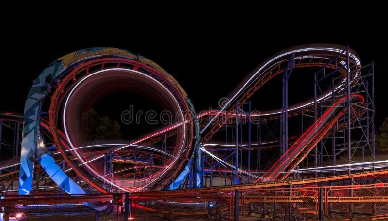 СОЛНЕЧНЫЙ ПЛЯЖ, БОЛГАРИЯ - 10-ое сентября 2017: Привлекательность в парке Carousel в движении на ноче Фото долгой выдержки стоковое фото