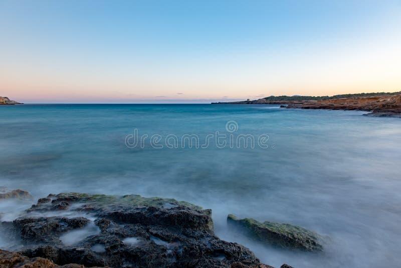 Солнечный свет Ибицы от Cala Conta Comte в Сан-Хосе на Балеарских островах, Испания стоковая фотография