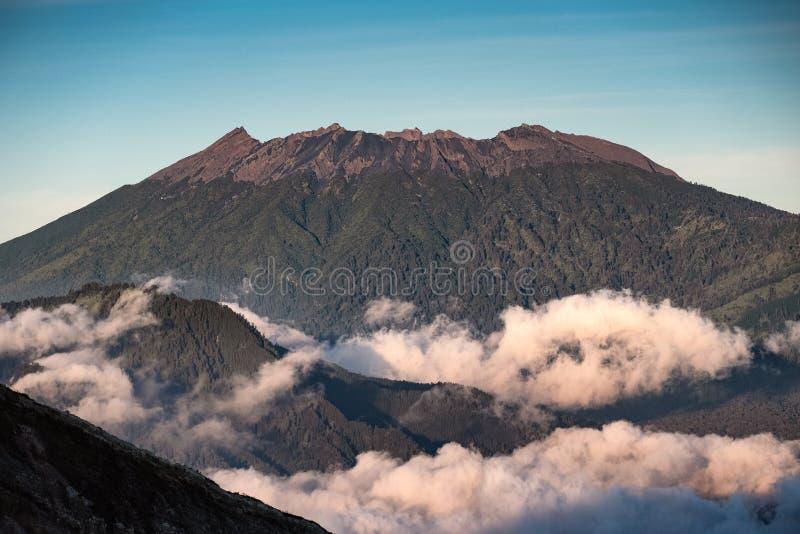 Солнечный свет на пиковом вулкане с туманом в утре стоковые фото