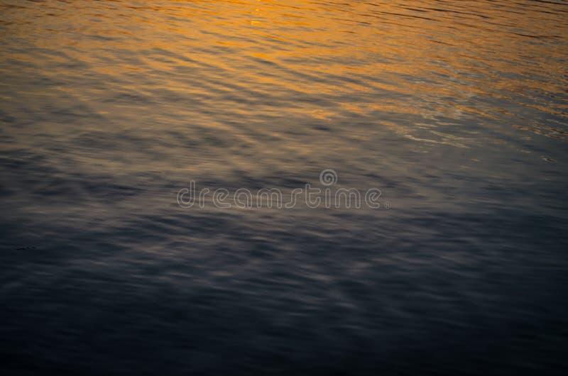 Солнечный свет отражая в воде стоковое фото