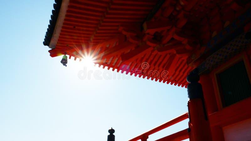 Солнечный свет прорезывает стрехи стоковые изображения