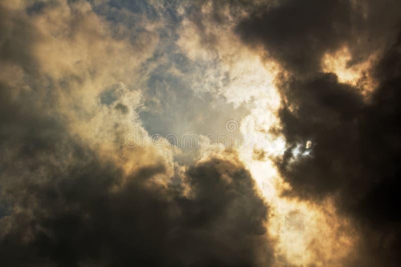 Солнечный свет светя через темные облака стоковое фото rf