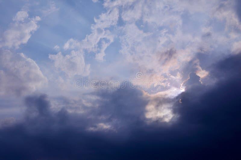Солнечный свет через облака стоковое изображение