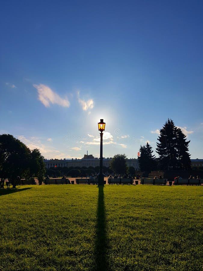 Солнечный уличный фонарь стоковые фото