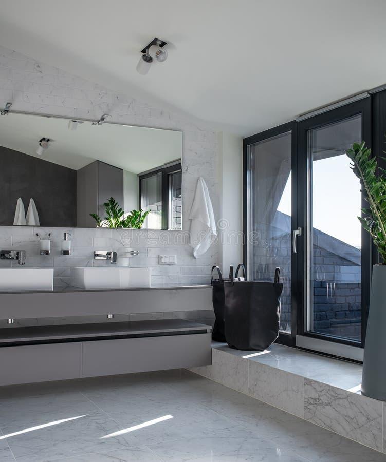 Солнечный bathroom в современном стиле со светлыми стенами стоковые изображения