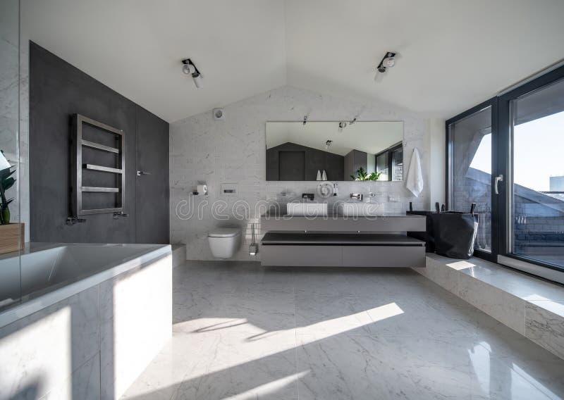 Солнечный bathroom в современном стиле с различными стенами стоковая фотография