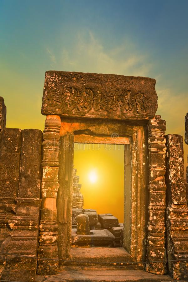 Солнечных лучей захода солнца парка Angkor солнце Angkor Wat руин рамки археологических каменное в Siem Reap, Камбодже стоковые изображения