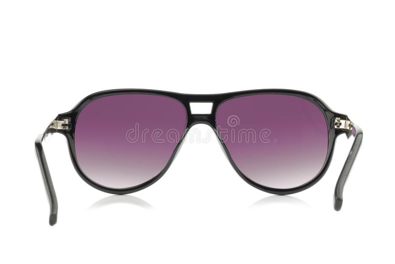 Солнцезащитные очки пурпур цвета изолированный на белой предпосылке стоковое фото
