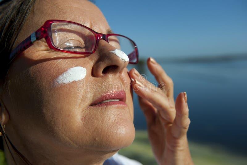солнцезащитный крем кожи предохранения от рака стоковая фотография