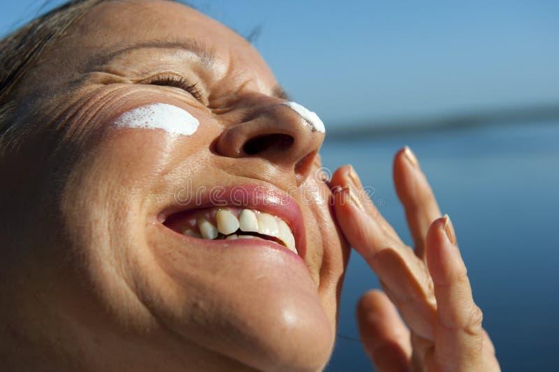 солнцезащитный крем кожи предохранения от рака стоковое изображение