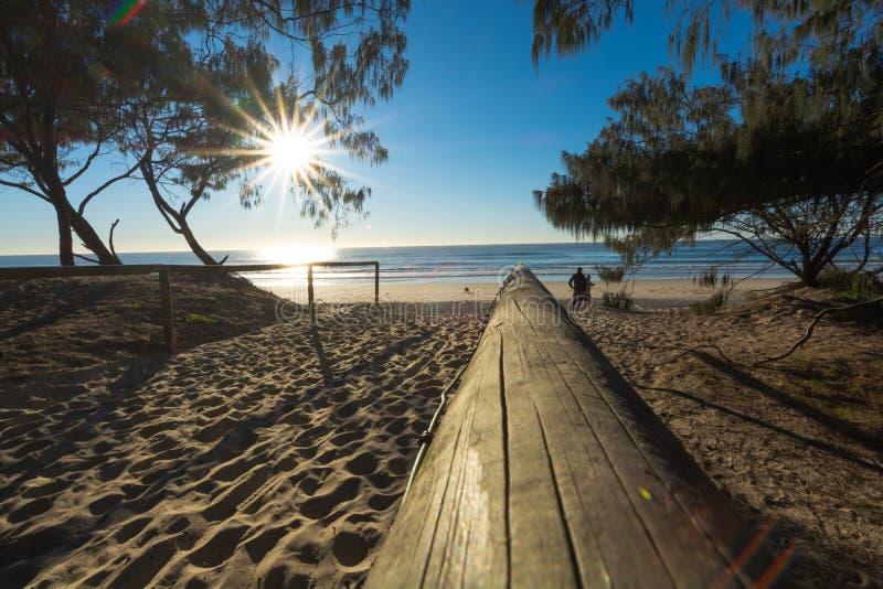 Солнцеподъёмная вспышка над пляжем Золотого Берега стоковое фото rf