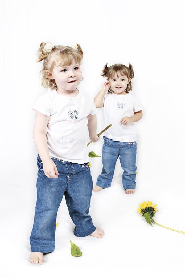 солнцецветы девушок маленькие стоковая фотография