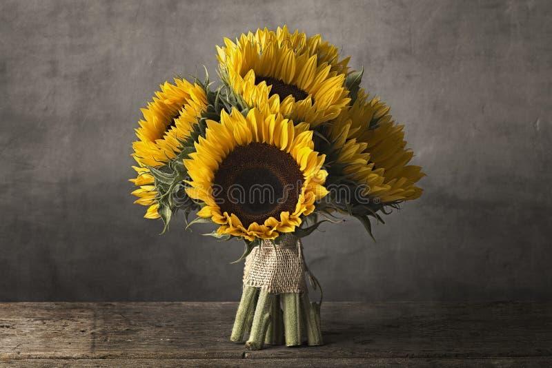 солнцецветы ставят деревянное на обсуждение стоковое фото