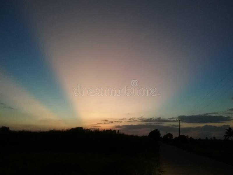 Солнце вечера, темное небо стоковая фотография