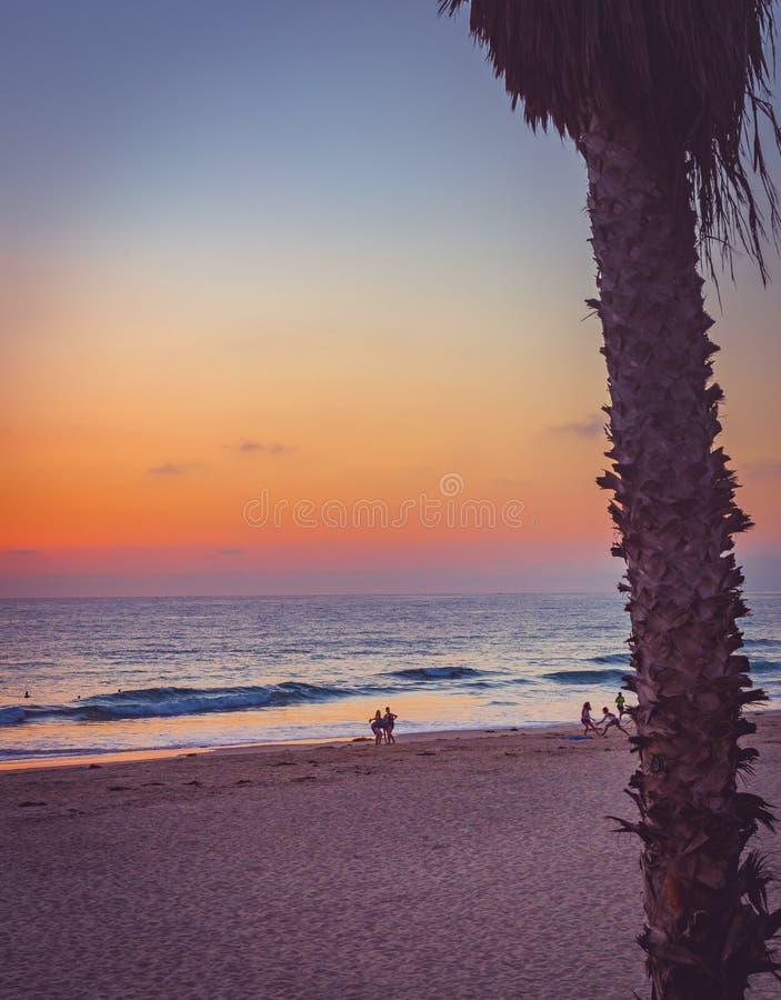 Солнце вниз красит небо и океан стоковые изображения rf