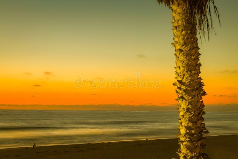 Солнце вниз красит небо и океан стоковое изображение rf