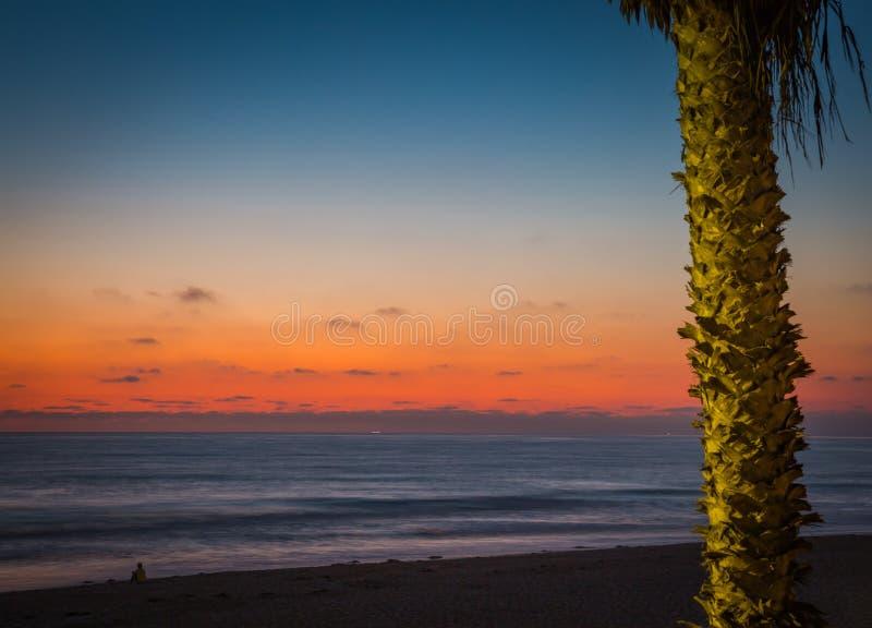 Солнце вниз красит небо и океан стоковое фото rf