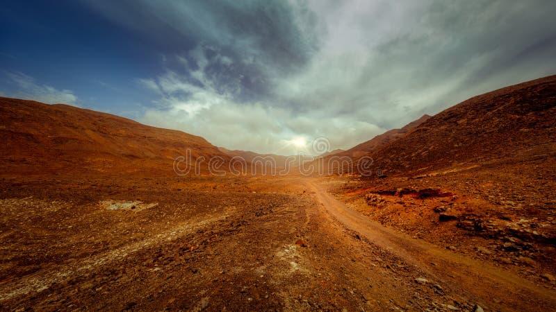 Солнце выступая вне в inFuerteventura valle стоковое изображение rf
