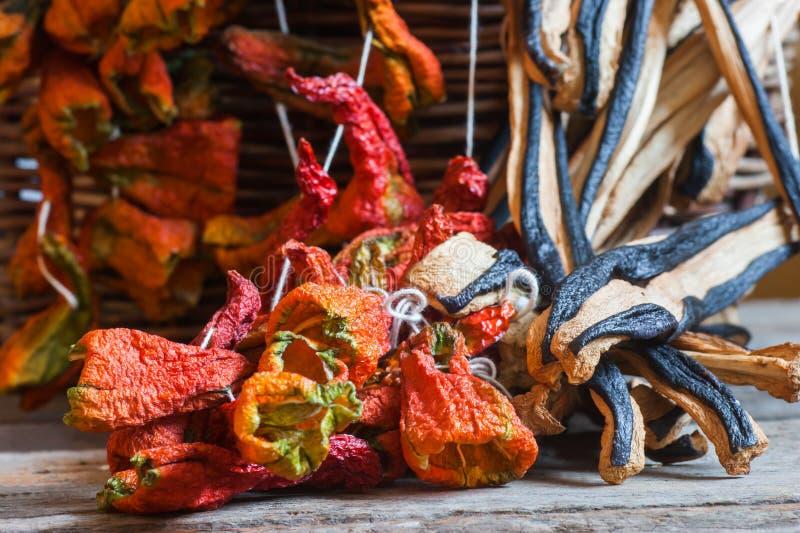 Солнце высушило перцы и баклажаны или aubergines стоковое изображение rf