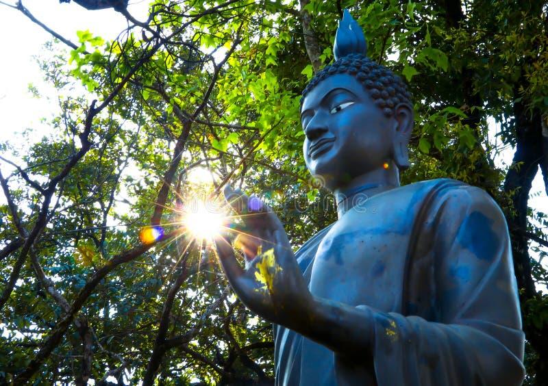 Солнце в руках статуи Будды в буддизме стоковая фотография rf
