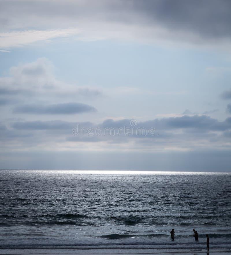 Солнце излучает через облако и создает фару океана стоковое фото rf