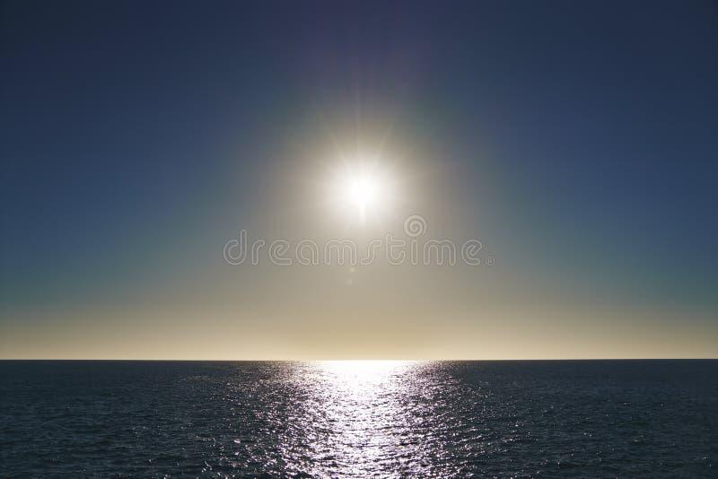 Солнце и море в минимализме стоковая фотография rf