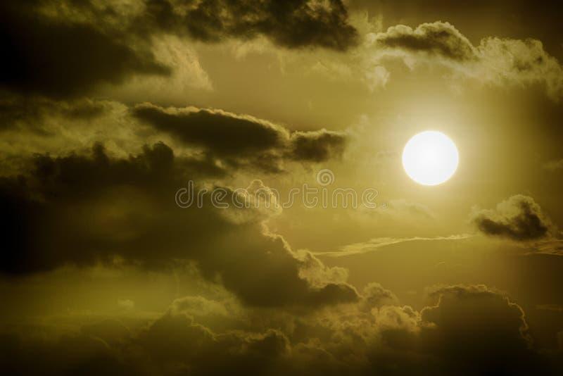 Солнце между темными облаками стоковая фотография rf