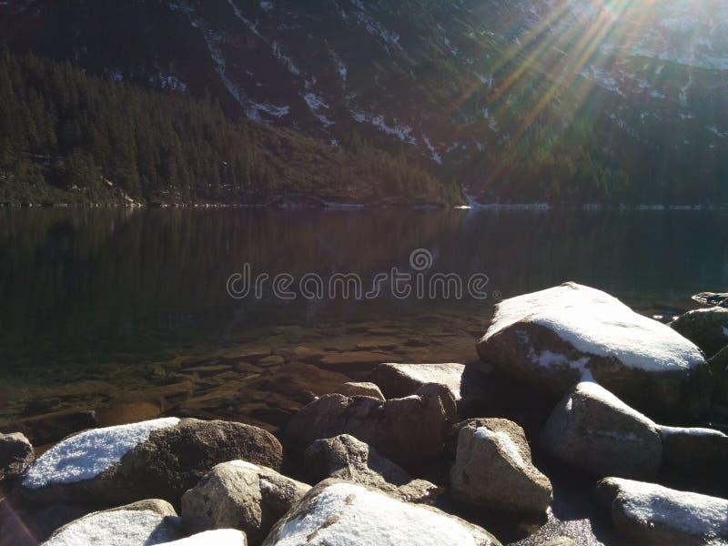 Солнце над горой стоковая фотография rf