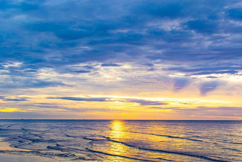 Солнце начало поднимать от моря в утре стоковые фотографии rf