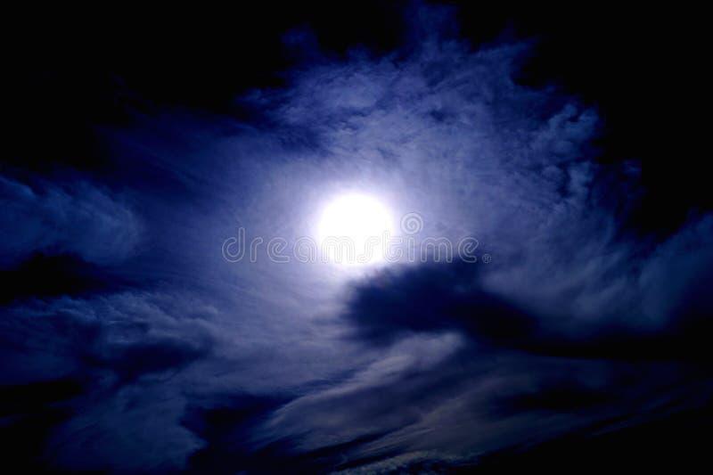 Солнце на темном небе стоковые фотографии rf