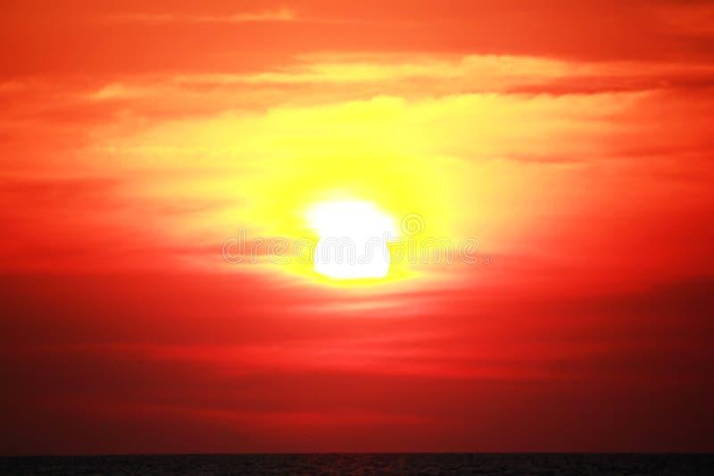 Солнце около упасть в море стоковое фото rf