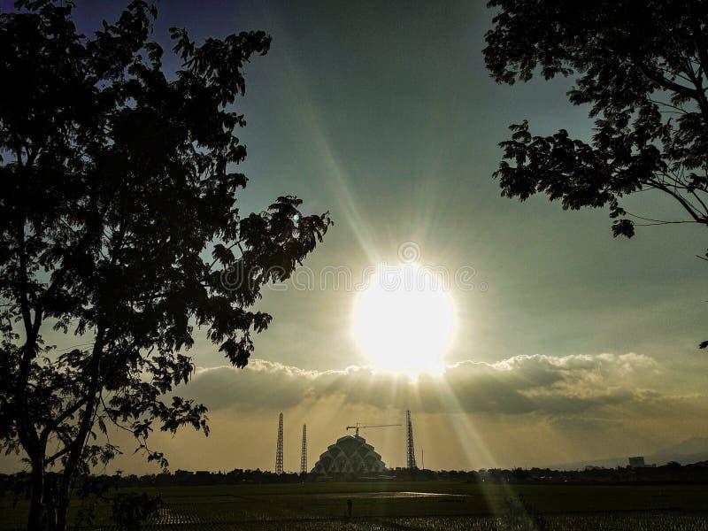 Солнце освещает вверх мечеть в вечере стоковые фотографии rf