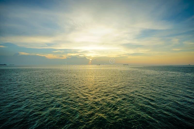 Солнце падает на море на пропуске ада Koh Si Chang, Chon Buri, Таиланда стоковая фотография rf