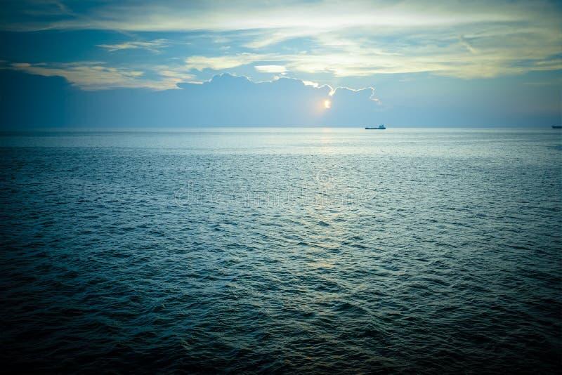 Солнце падает на море на пропуске ада Koh Si Chang, Chon Buri, Таиланда стоковое изображение rf