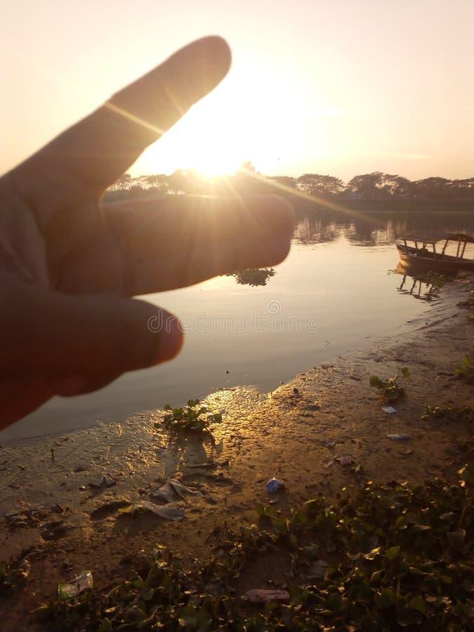 солнце 2 пальцев стоковое фото