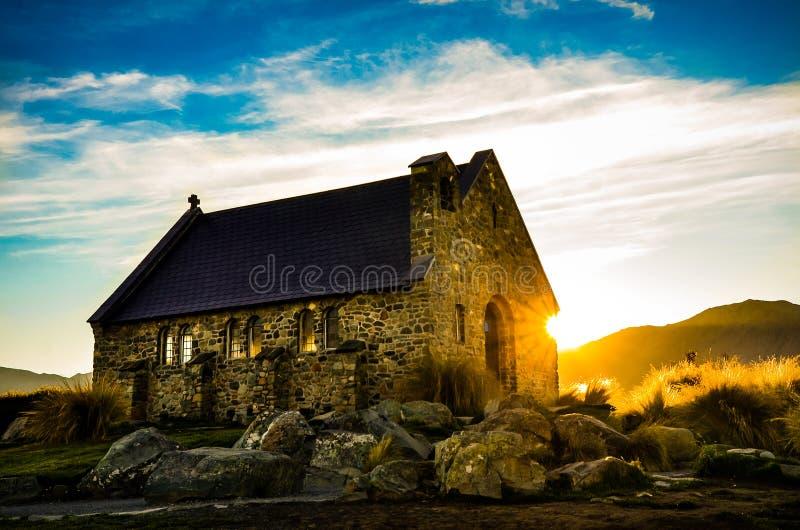Солнце поднимая за церковью хорошего Sherperd на озере Tekapo стоковое изображение rf