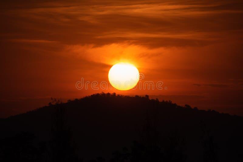 Солнце поднимая от за горы стоковые фото